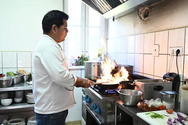 Na snímke Peruánec Beker Pariachi varí tradičné jedlo v reštaurácii v starom mlyne.