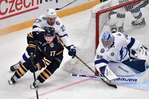 Vladimír Sobotka (v strede), za ním Ryan McDonagh a v bráne Rus Andrej Vasilevskij v zápase NHL Buffalo Sabres - Tampa Bay Lightning vo švédskom Štokholme 8. novembra 2019.