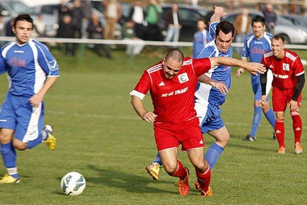 Futbalisti N. Hrnčiaroviec (v modrých dresoch) prehrali doma s Klasovom tesne 2:3.