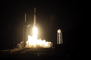 Loď Crew Dragon, ktorú na obežnú dráhu nesie raketa Falcon 9, privezie na ISS amerických astronautov Michaela Hopkinsa, Victora Glovera a Shannon Walkerovú a Japonca Soičiho Nogučiho.