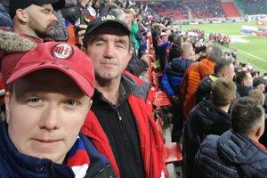 Ladislav Kazán (vpredu) s otcom Štefanom na zápase Slovensko - Maďarsko.