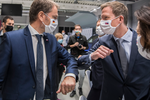 Igor Matovič a vpravo predseda predstavenstva Volkswagen Slovakia Sebastian Krapoth