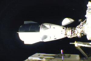Vesmírna kapsula spoločnosti SpaceX sa úspešne pripojila k ISS.