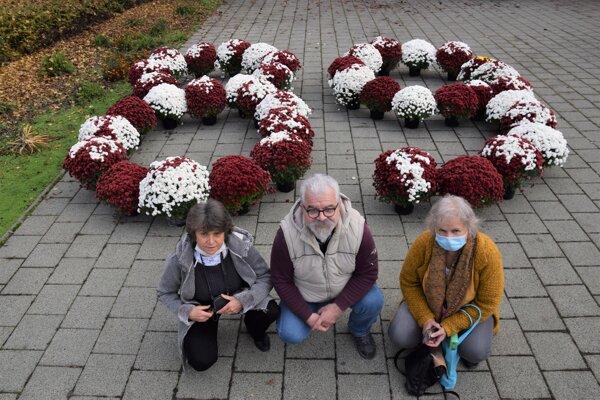 Lučeneckí členovia iniciatívy Za slušné Slovensko sa pripojili k ostatným mestám, kde na námestiach vznikli symbolické 89. z kvetín.