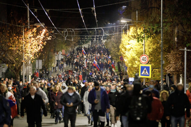 Účastníci protestu počas presunu.