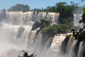 Vodopády Iguazu medzi Argentínou a Brazíliou patria medzi najväčšie a zároveň aj najkrajšie na svete.