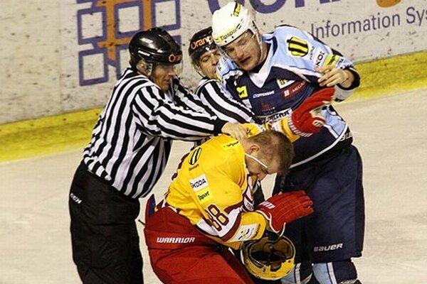 Michal Novák sa zapojil do bitky a inkasoval trest na 2+2 minúty, plus 10-minútový osobný trest.