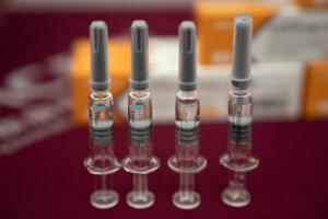 Ampulky s experimentálnou vakcínou proti novému typu koronavírusu v závode farmaceutickej firmy SinoVac v Pekingu 24. septembra 2020. Čínske farmaceutické firmy ponúkajú od júla tri experimentálne vakcíny. Dve z nich vyvinula firma Sinopharm Group a tretiu Sinovac Biotech. Štvrtú vakcínu, ktorú používa čínska armáda, vyvinula firma CanSino Biologics.