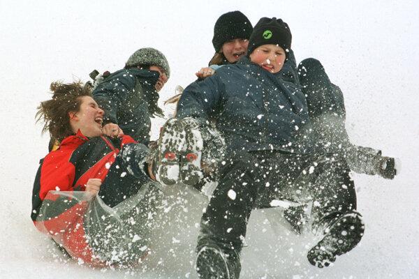 V zimnej Bratislave si deti takýchto sánkovačiek veľa neužijú. Dní so snehovou prikrývkou je oproti roku 2000 až o polovicu menej.