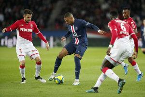 Kylian Mbappé (uprostred) v zápase proti AS Monako.
