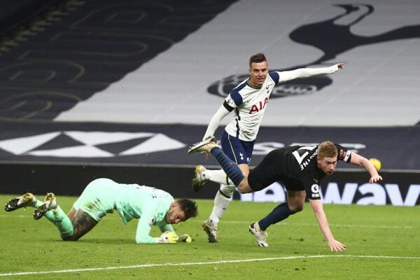 Giovani Lo Celso (v strede) po strelenom góle v zápase Tottenham Hotspur - Manchester City.
