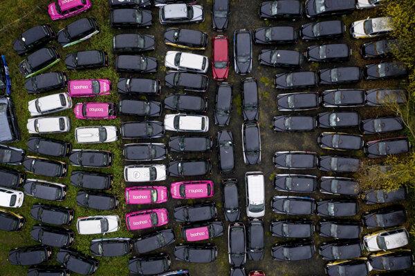 Na poli za Londýnom sa hromadia taxíky odložené kvôli pandémii.