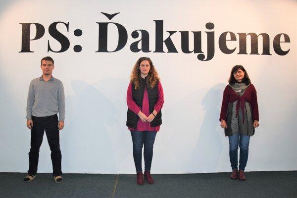 Traja kurátori prinesú postupne tri rôzne pohľady na výstavu k výročiu založenia Novohradského múzea galérie v Lučenci. (zľava: Štefan Chrastina, Michaela Škodová, Andrea Németh Bozó)