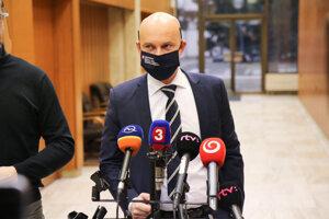 Minister školstva, vedy, výskumu a športu SR Branislav Gröhling počas príchodu na rokovanie 54. schôdze vlády SR. Bratislava, 25. november 2020.