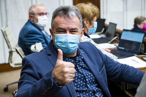 Poslanec Jozef Pročko (OĽaNO) počas zasadnutia 18. schôdze parlamentu.