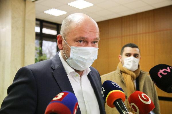 Podpredseda vlády a minister hospodárstva SR Richard Sulík (vľavo) počas príchodu na rokovanie 54. schôdze vlády SR. Bratislava, 25. november 2020.