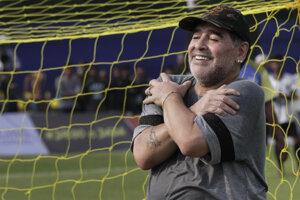 Bývalá argentínska futbalová hviezda Diego Maradona gestikuluje pred novinármi počas stretnutia s mladými nádejnými futbalistami neďaleko indického mesta Kalkata 12.decembra 2017.