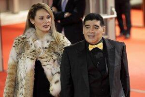 Diega Maradona a jeho priateľka Roccio Olivaová prichádzajú na piatkový žreb MS vo futbale v moskovskom Kremli 1. decembra 2017.