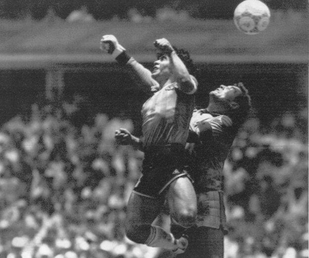 Na archívnej snímke z 22. júna 1986 argentínsky futbalista Diego Maradona (vľavo) a brankár Anglicka Peter Shilton v súboji, z ktorého Maradona dal svoj prvý z dvoch gólov vo štvrťfinále MS vo futbale v Mexico City. Tento gól je známy ako Božia ruka.