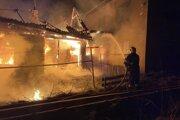 Zadné stavy domu v plameňoch.