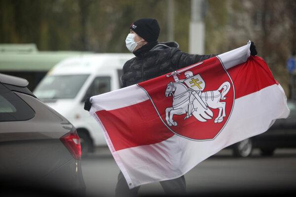 Muž s vlajkou bieloruskej opozície.