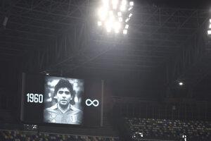 Diego Maradona na veľkoplošnej obrazovke štadióna SSC Neapol.