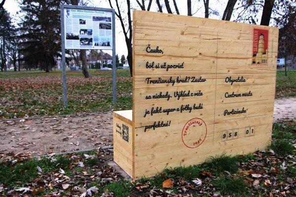 Pohľadnicová lavička v Partizánskom.