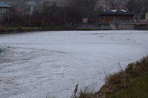 Rieka Poprad je pokrytá bielou penou.