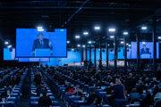 Predseda strany AfD Tino Chrupalla počas prejavu na sobotňajšom zjazde strany.