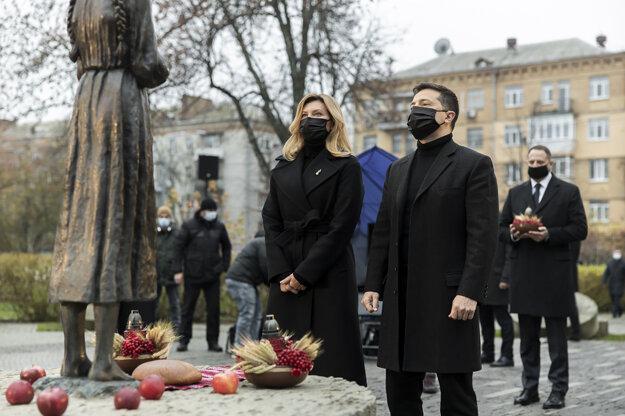 Ukrajinský prezident Volodymyr Zelenskyj a jeho manželka pred pamätníkom obetiam hladomoru v Kyjeve.