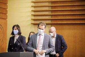 Premiér Igor Matovič, minister hospodárstva a predseda SaS Richard Sulík a ministerka investícií a predsedníčka Za ľudí Veronika Remišová.