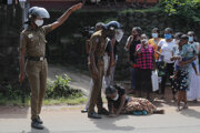 Policajti v blízkosti väzenia Mahara na Srí Lanke.