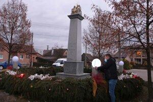 Prvé svetlo na adventnom venci v Malinovej rozsvietil starosta starosta Juraj Stiffel.