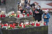 Ľudia zapaľovali sviečky a kládli k kvety k mestskej bráne v Trieri.