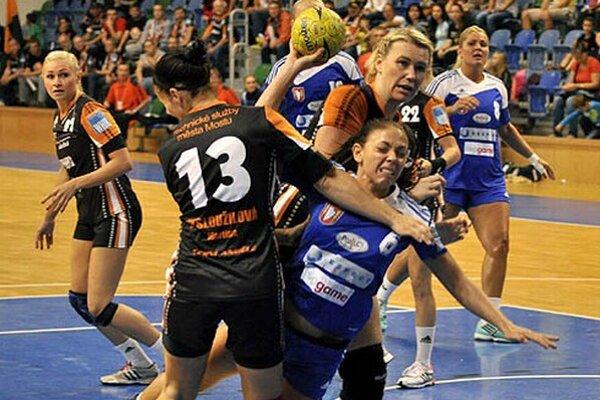 Réka Bíziková (s loptou) bola s 9 gólmi najlepšou strelkyňou zápasu.