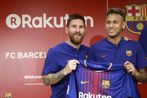 Lionel Messi a Neymar na spoločnej fotografii z leta 2017. Vtedy obaja pôsobili v Barcelone.