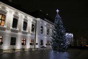 Rozsvietenie vianočnéko stromčeka za účasti prezidentky SR na nádvorí pred Prezidentským palácom.
