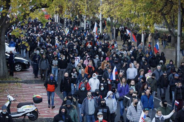 Niektorí účastníci protestov v Bratislave ingorovali rúška.