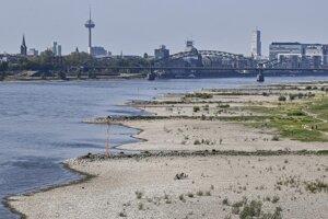 Vyschnutý breh rieky Rýn v Kolíne nad Rýnom 28. apríla 2020.