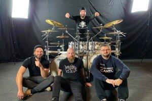 Bubeník Valerián Choma (vzadu) so Zvolenčanmi, ktorí sa podieľali na natáčaní jeho videoklipu.