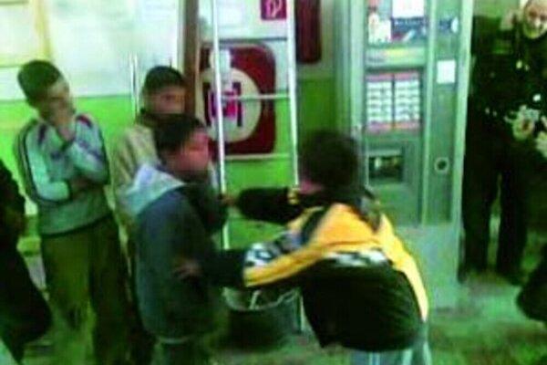 Momentka z incidentu na policajnej stanici.