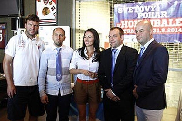 Svetový pohár v hokejbale je vrcholom roka pre nitrianskych hokejbalistov. Vľavo Jozef Stümpel, prezident SHbÚ, vpravo manažér Rytierov Stano Petrík.