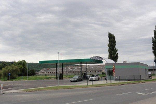 Za dva roky nájmu pozemku pod benzínkou nezaplatila spoločnosť P – P Podhájskej ešte nič. Podľa zmluvy má platiť až po kolaudácii pumpy.