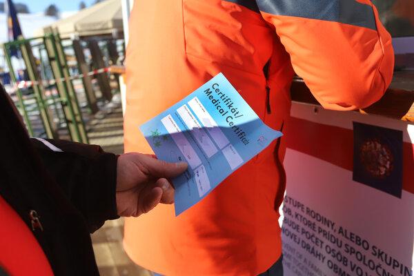 Lyžiar čaká pred pokladňou s negatívnym testom na ochorenie COVID-19  v lyžiarskom stredisku na Záhradišti na Donovaloch