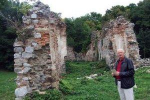 Ján Kratochvíl pred ruinami kláštorného kostola.