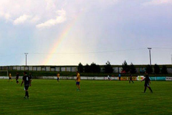 Na zápas Vráble - V. Ludince zavítala aj dúha, ale domácich tento podvečer nepotešil (0:3).