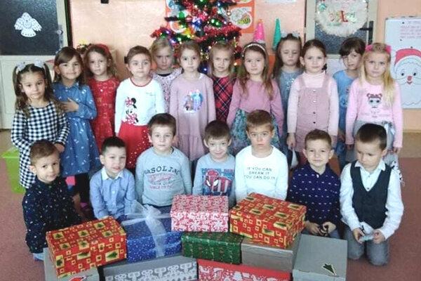Deti z MŠ Dopravná v Leviciach s darčekmi pre seniorov.