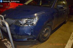 Po nehode zostalo poškodené auto.