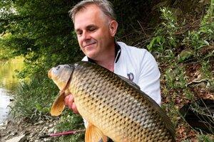 Tohtoročný 10 kilový kapor  chytený v rieke.
