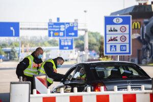 Federálni policajti kontrolujú na hranici vodiča, ktorý prichádza zo Švajčiarska v nemeckom pohraničnom meste Weil am Rhein.